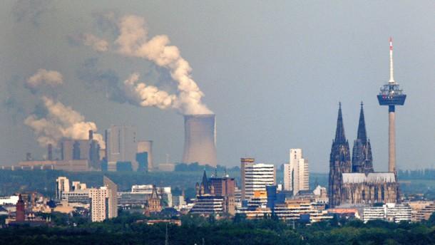 Köln und RWE-Kraftwerk Niederaußem