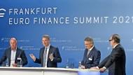 Ganz real statt virtuell: Die Bankmanager Nick Jue, Christian Sewing, Uwe Fröhlich und Lutz Diederichs in der Diskussion.