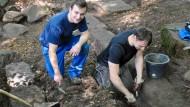 Ausgrabungen direkt auf dem Campus: Joschua Klein (links) und sein Kommilitone Nico Prantner bei der Arbeit an ihrem Fund.