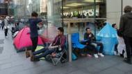 iPhone-Fans warten in Sydney auf den Verkaufsstart des neuen Modells.