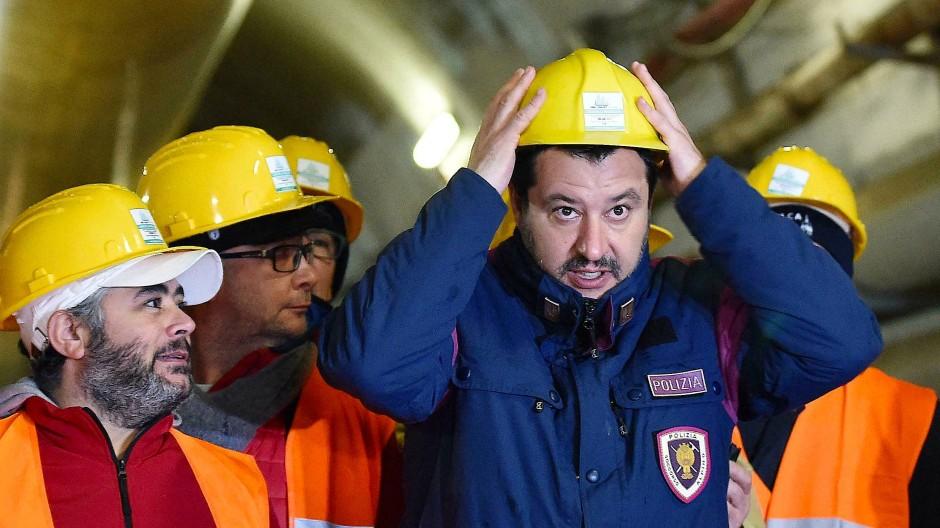 Matteo Salvini (r), Italiens Innenminister, auf der Baustelle einer Hochgeschwindigkeits-Bahnstrecke in Turin