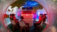 """VR-Brillen überall: ein Blick in den """"Klima-Globus"""""""
