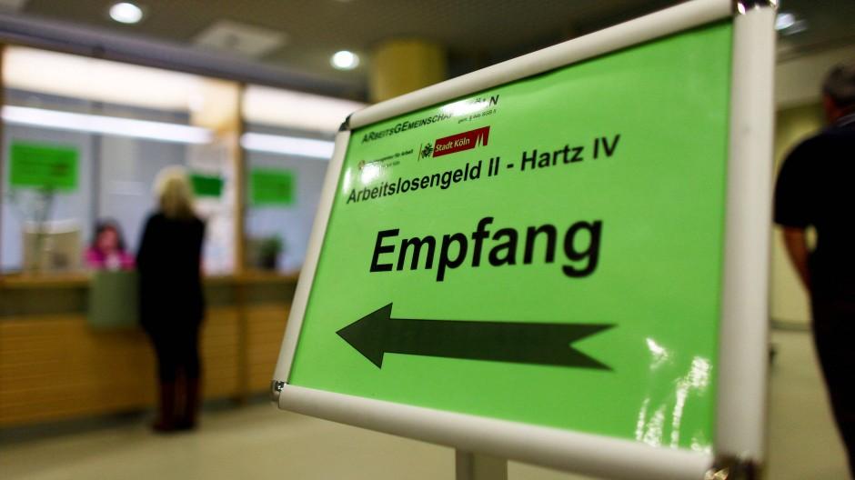 In einer Arbeitsagentur in Köln: Wer Hartz IV bekommt, wird wohl auch künftig im Einzelfall entschieden müssen.