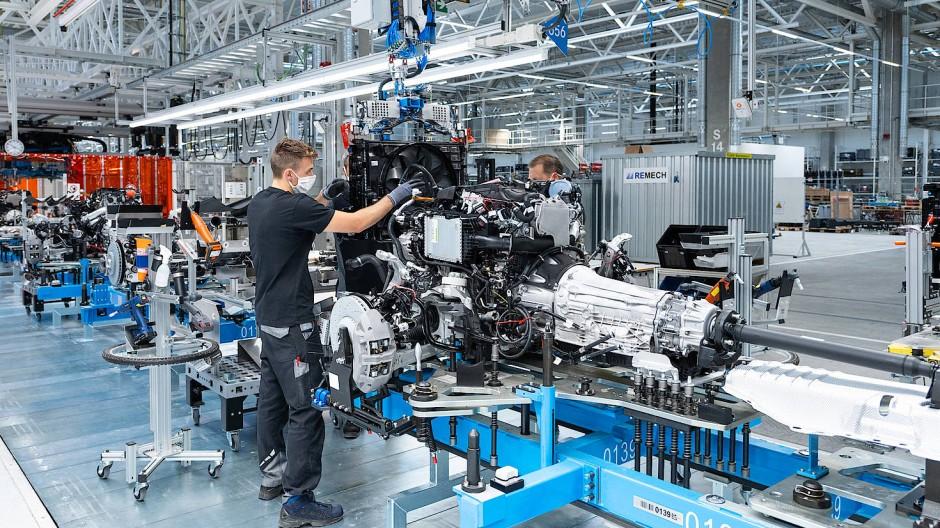 """Arbeit an einem S-Klasse-Motor in der """"Factory 56"""" in Sindelfingen"""