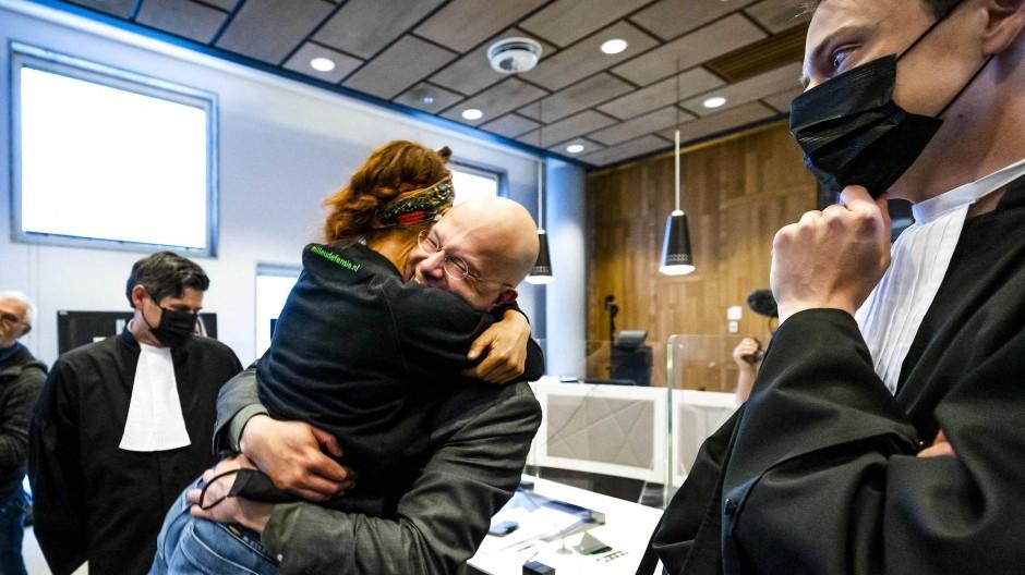 Freude in Den Haag: Die Kläger, unter anderem Milieudefensie-Chef Donald Pols, freuen sich über das Urteil der Richter.