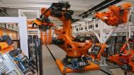 """Der Kuka-Roboter """"Titan"""" bei der Arbeit in Augsburg"""