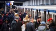 Stadtpendler auf einem Bahnsteig in München