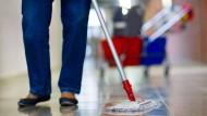 Eine Gebäudereinigerin einer deutschen Putzfirma: Für viele Erwerbstätige reicht der Lohn kaum zum Leben.