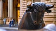 Ist nicht so gefährlich, wie er im ersten Augenblick erscheint: Der Bulle vor der Frankfurter Börse ist das Symbol für steigende Aktienkurse