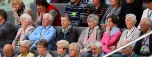 """Interessierte Zielgruppe: Viele ältere Menschen verfolgen auf der Bundestags-Besuchertribüne die Verabschiedung der """"Flexirente"""""""