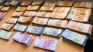 Im Rahmen von Hausdurchsuchungen beschlagnahmtes Bargeld liegt im Bundeskriminalamt auf einem Tisch.