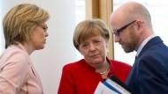 CDU-Generalsekretär Peter Tauber, Kanzlerin Angela Merkel und Partei-Vize Julia Klöckner vor der Sitzung der CDU-Spitze in Berlin am Montag.