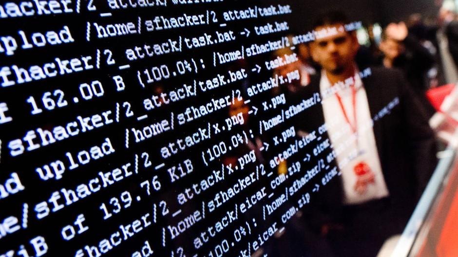 Ein Mitarbeiter zeigt auf der Hannover Messe einen illustrativen Hackerangriff auf eine Fabrikumgebung.