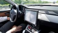 Ein Bosch-Mitarbeiter testet einen Prototypen für autonomes Fahren auf der A81.