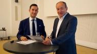 Der Niederländer Jan Hupkens (links) ist nach seinem Studium einen Monat in die Chefetage der DIS-Zentrale in Düsseldorf gezogen; Peter Blersch (rechts) ist Vorstandschef der DIS AG.