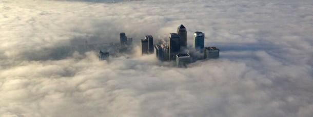 Die Hochhäuser des Büroviertels Canary Wharf ragen aus dem Londoner Morgennebel