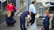 Sicherheitskontrolle am Münchner Flughafen: Darf das Smartphone auch überprüft werden?