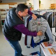 Ein Mitarbeiter in einem Kaufhaus für bedürftige Bürger in Dresden.