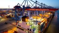 Aus Deutschlands größtem Seehafen in Hamburg gehen viele Waren auf die Reise.