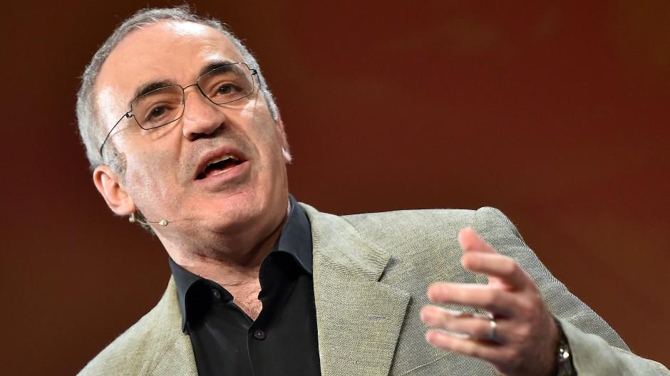 """Garri Kasparow war Schachweltmeister und hat gerade das Buch """"Deep Thinking"""" veröffentlicht, in dem er sich Gedankten über die Intelligenz von Maschinen macht."""