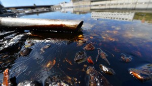 Bei Genua läuft Öl ins Meer