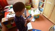 Kinder spielen immer früher mit dem Smartphone - und umgekehrt ist immer mehr Spielzeug selbst ans Netz angeschlossen.
