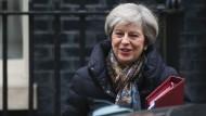 Theresa May auf dem Weg ins Parlament