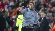 Liverpools Trainer Jürgen Klopp freut sich über das Tor von Mohamed Salah im Spiel gegen Rom.