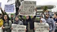 Demonstranten protestieren vor dem internationalen Flughafen in Miami gegen das Einreiseverbot.