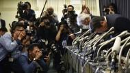 Verbeugung vor der Öffentlichkeit: Mitsubishi-Präsident Tetsuro Aikawa entschuldigt sich am Mittwoch für die Manipulation von Verbrauchswerten.