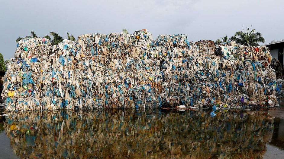 Ein Plastikberg vor einer Recycling-Anlage in Kuala Langat in Malaysia: Das Land in Südostasien sendet illegal importierten Müll in die Herkunftsländer zurück.