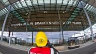 Zumindest die Fassade des Terminals steht schon mal. Wann der Flughafen Berlin-Brandenburg aber in Betrieb gehen kann, ist noch immer unklar.