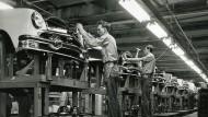 Brachte Wohlstand für viele: Fließbandmontage bei Ford  in den 50er Jahren.