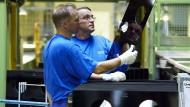 Sind zufrieden: Schott-Mitarbeiter im Produktionswerk für Ceranfelder