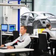 Porsche-Mitarbeiter in der Vermessung für die Qualitätskontrolle