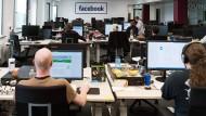 Mitarbeiter von Facebook arbeiten rund um die Uhr im Löschzentrum in Berlin.