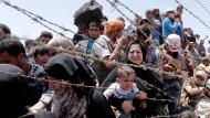 Syrische Flüchtlinge warten an der türkischen Grenze