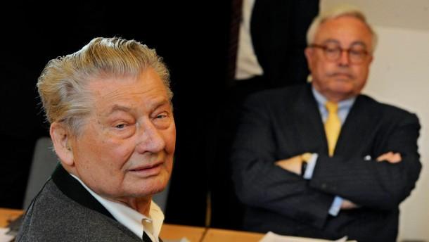 Kopie von Leo Kirch erscheint vor Gericht