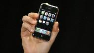 Am 9. Januar 2007 stellte Steve Jobs während der Macworld-Konferenz in San Francisco das erste iPhone der Weltöffentlichkeit vor.