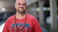 Pinke Sonnenbrille, rotes Star-Wars-Shirt und breites Grinsen: Aric Dromi, 42, ist Zukunftsexperte für Autokonzerne wie Volvo und sieht auch wie ein Zukunftsexperte aus.