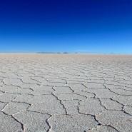 Blauer Himmel über dem Salzsee von Uyuni