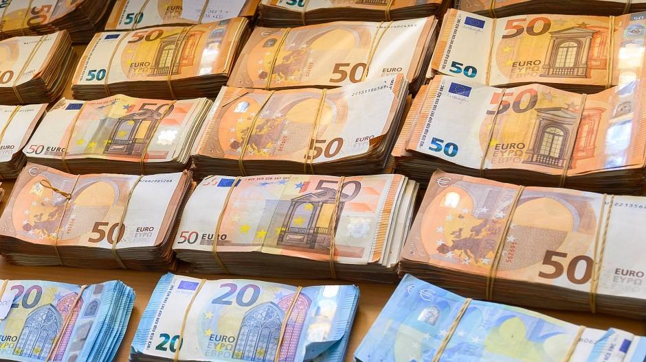 Die Sparquote sei historisch hoch gewesen, heißt es von der DZ-Bank.