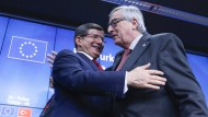 Der türkische Ministerpräsident Ahmet Davutoglu und EU-Kommissionspräsident Jean-Claude Juncker: Die Türkei und Europa rücken wieder näher zusammen.