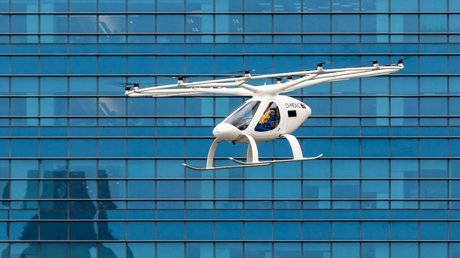 Ein Flugtaxi des deutschen Herstellers Volocopter fliegt während eines bemannten Testflugs über Singapur.