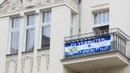 """Demnächst möglicherweise seltener zu sehen: """"Zu vermieten""""-Schild an einem Haus in Berlin-Schöneberg."""