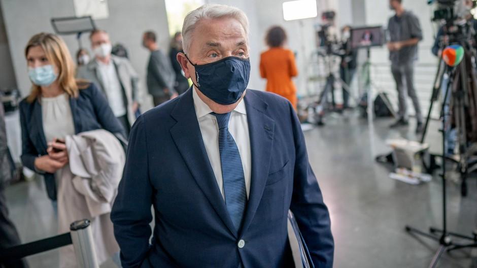 Klaus-Peter Schulenberg im Oktober 2020 auf dem Weg zum Maut-Untersuchungsausschuss, wo er als Zeuge geladen war.