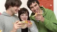 Werden nicht nur mit Pizza vom Arbeitgeber gut versorgt: Junge IT-Talente