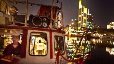 """Ein Hauch von Istanbul am Main: Seit 10 Jahren können Frankfurter Döner Kebab aus diesem """"Döner-Boot"""" kaufen. Vorbild für den türkischen Gastronomen waren die Imbisse Istanbuls an der Galatabrücke, die ebenfalls aus Booten heraus an Passanten verkaufen."""