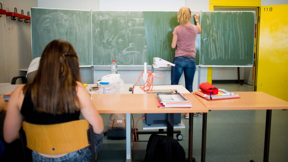 Nötig seien Absprachen für die Ausbildung etwa von Lehrkräften, bei denen die Länder an einem Strang ziehen, statt sich Konkurrenz zu machen.