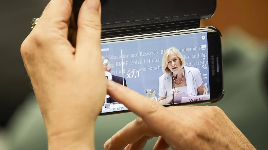 Über Digitalisierung machen sich anlässlich des IT-Gipfels Gedanken: Bundesbildungsministerin Johanna Wanka (CDU)...